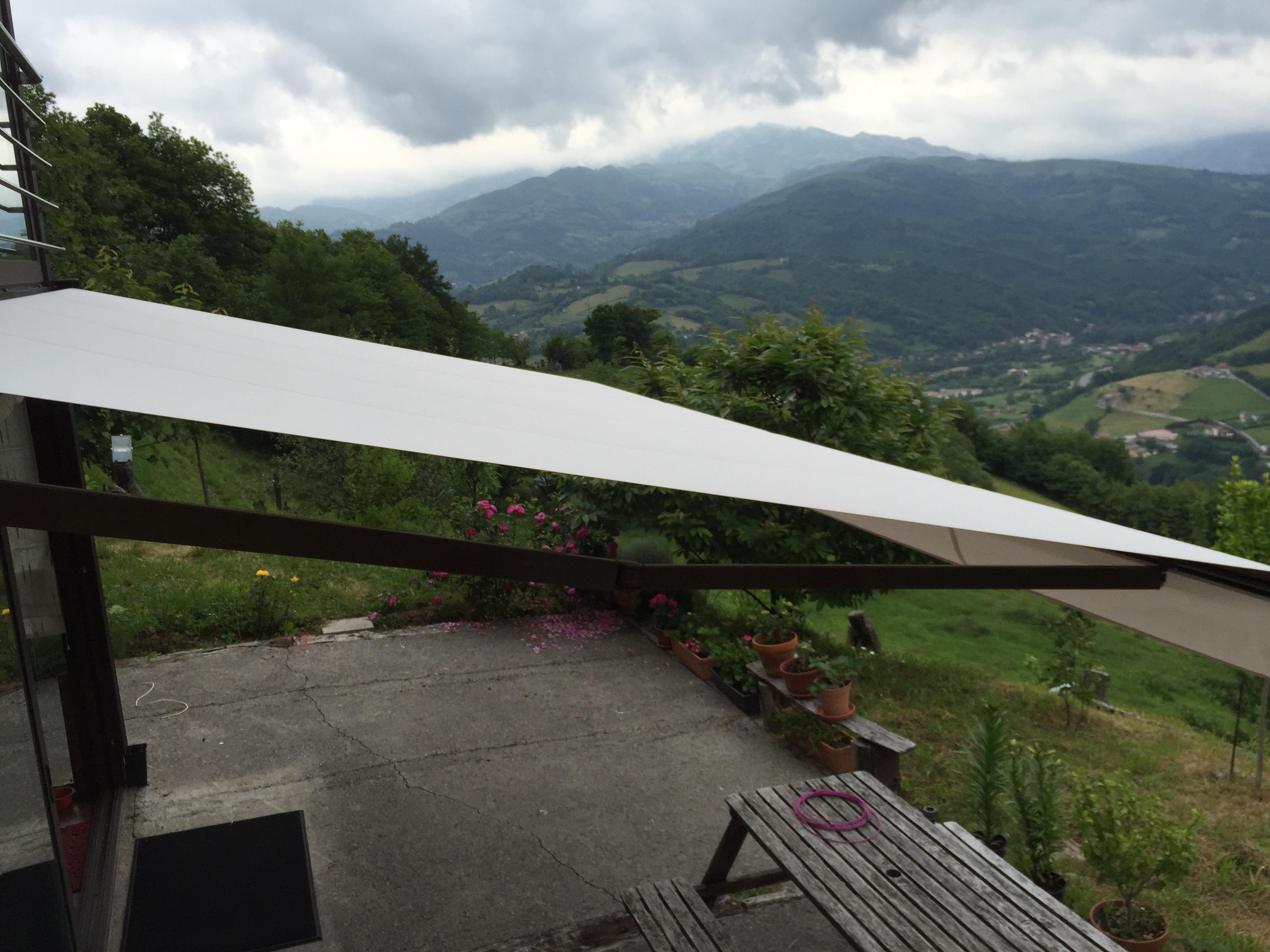 Solinext toldos para terraza asturias laviana for Fabrica de brazos invisibles para toldos